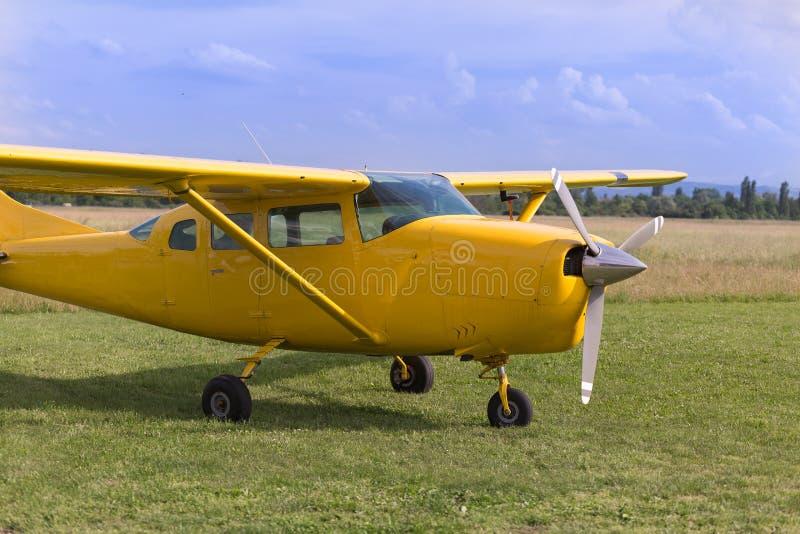 Mały i Jasnożółty dudziarza samolot blisko zbieg Przygotowywający Zdejmował obraz royalty free