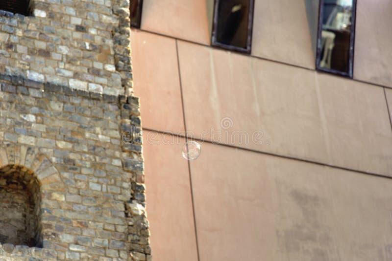 Mały jaskrawy bąbla latanie przez miasta fotografia stock