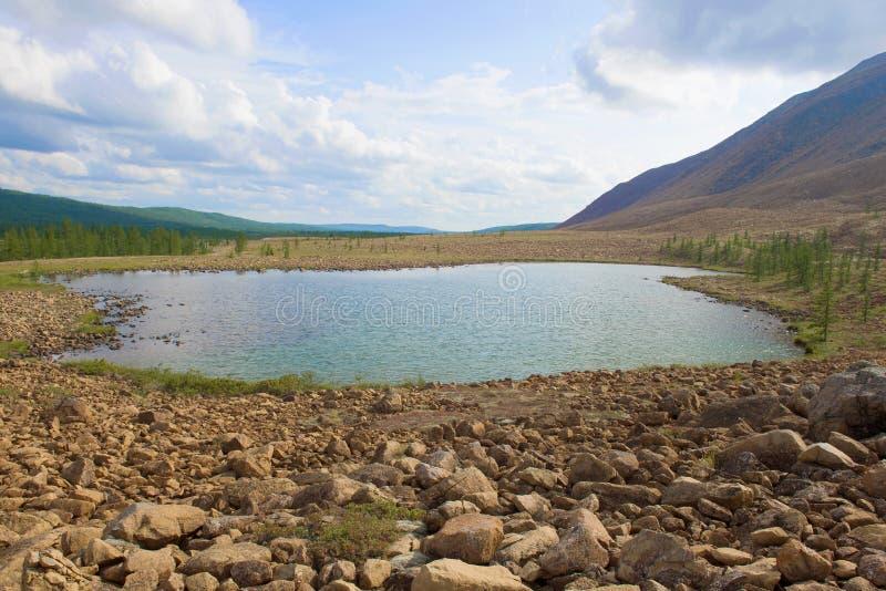 Mały jezioro w pogórzach Biegunowi Urals, chmurny Sierpniowy dzień Rosja zdjęcie stock