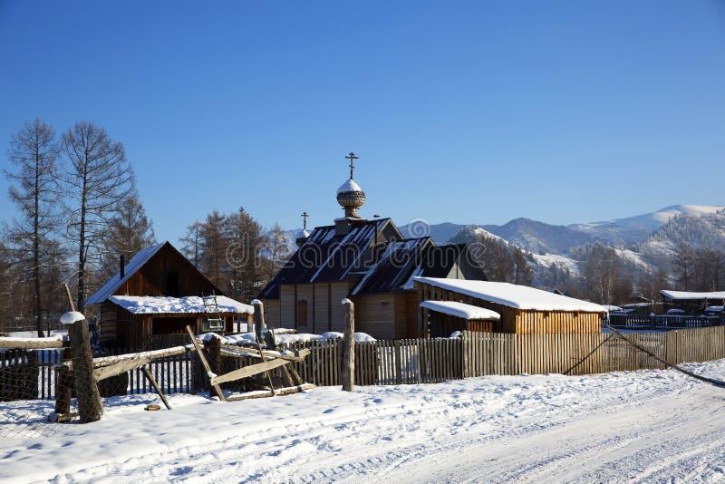 Mały kościół w rosyjskiej wiosce Zamulta w zimie w Uimon dolinie, Altai góry fotografia stock