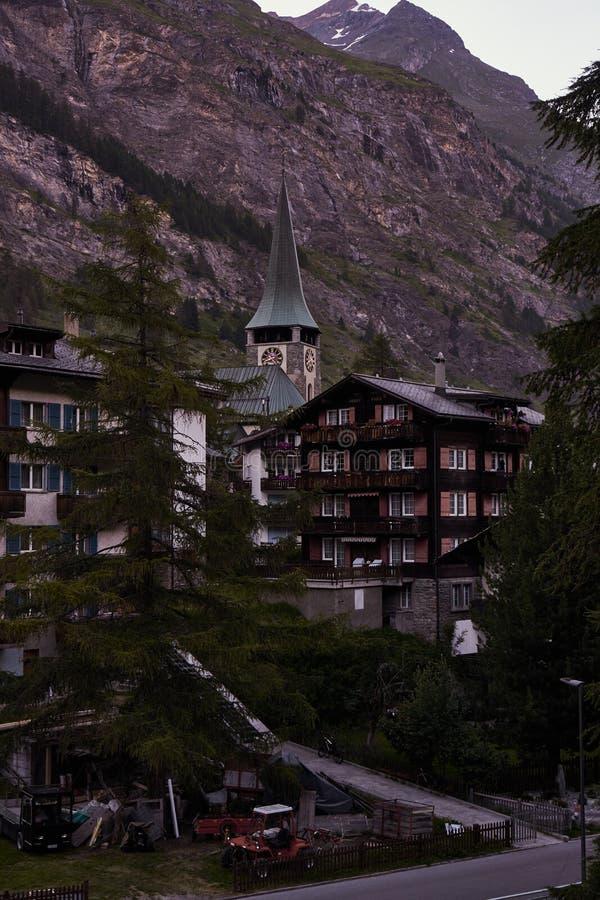 Mały kościół w Zermatt i wysokogórskim domu obraz stock