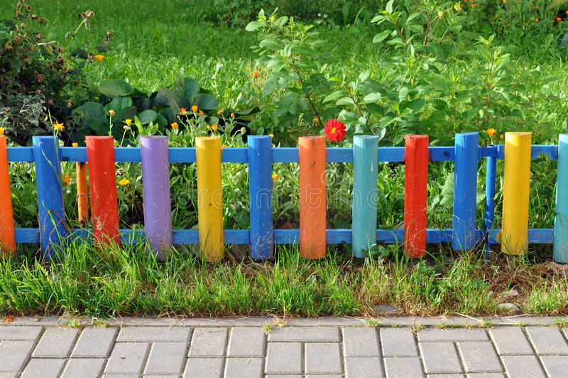 Mały kolorowy drewniany ogrodzenie fotografia stock