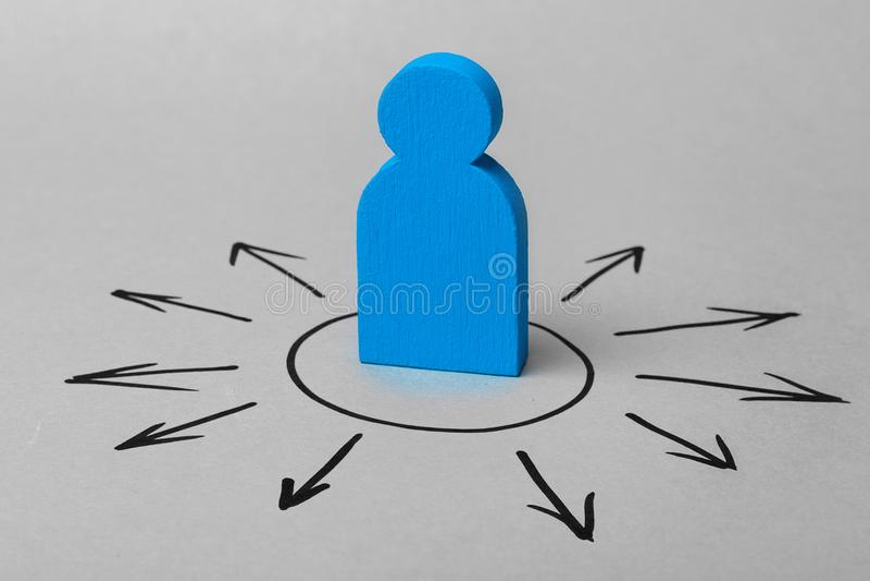 Mały mężczyzna i strzała jesteśmy kierunkiem ruch Pojęcie wybór cele lub pożytecznie połączenia obrazy stock