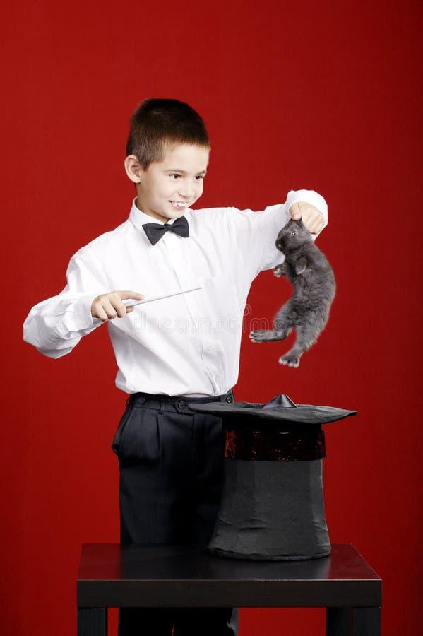 Mały magik z królikiem zdjęcia stock