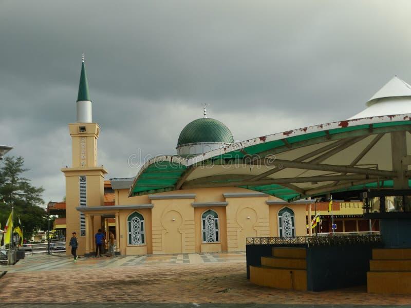Mały meczet przy Pasar Pelbagan - jedzenie rynek w kapitale Brunei, Bandar Seri Begawan obraz stock