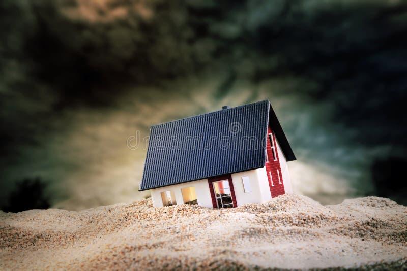 Mały model dom w piasku zdjęcia stock
