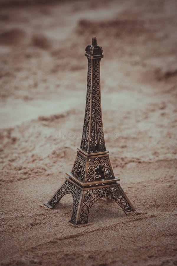Mały model wieża eifla na plaży obraz royalty free