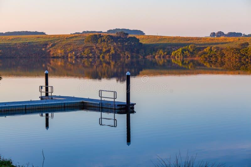 Mały molo na Hopkins rzece przy wschód słońca zdjęcie stock