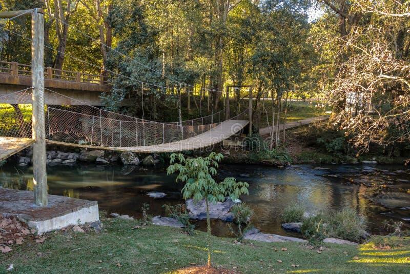 Mały most przy Salta Ventoso parkiem - Farroupilha, rio grande robi Sul, Brazylia obrazy royalty free