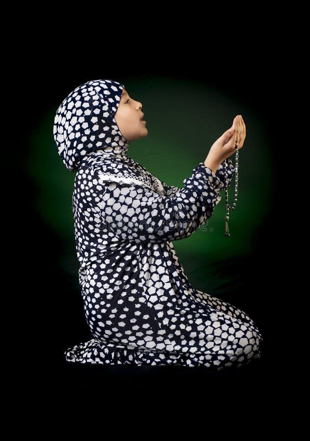 Mały Muzułmański Żeński modlenie dla Allah, dziewczyna z Modlitewnym kostiumem, Ramadan Kareem pojęcie obraz stock