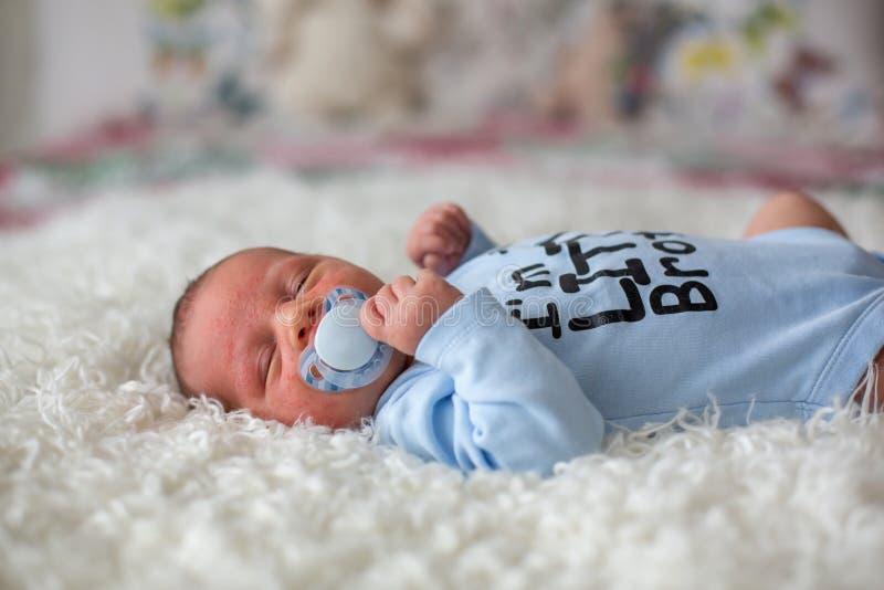 Mały nowonarodzony dziecka dosypianie, dziecko z scin wysypką zdjęcie royalty free