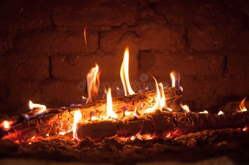 Mały ogień w piekarniku obrazy stock