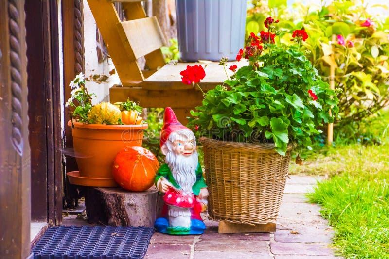 Mały ogród przed domem z ślicznym karłem i garnkami flo obrazy royalty free
