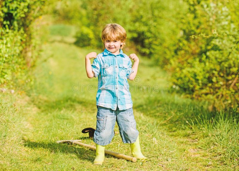 Mały ogrodnik dobrze się bawił człowieka i natury uprawy rolne i rolne szczęśliwy rolnik dziecięcy bawił się fotografia stock