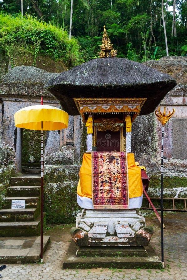 Mały ozdobiony ołtarz do obchodów z parasolami tekstylnymi i pajęczynami w Gunung Kawi, w pobliżu Ubud na wyspie Bali, Indonezja fotografia stock