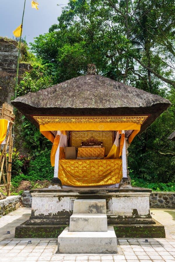 Mały ozdobny ołtarz z tkaniną do świętowania w Gunung Kawi, w pobliżu Ubud na Bali, Indonezja zdjęcia stock