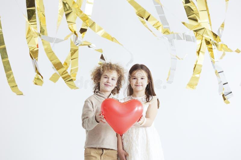 Mały pary mienia czerwieni serce fotografia royalty free