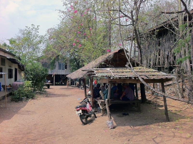 Mały pawilon tajlandzki miejscowy pod drzewem bougainvillea flo obraz royalty free