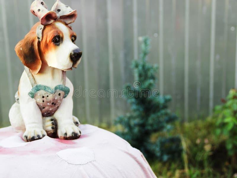 Mały piękny sztuczny pies ochraniać ogród fotografia royalty free