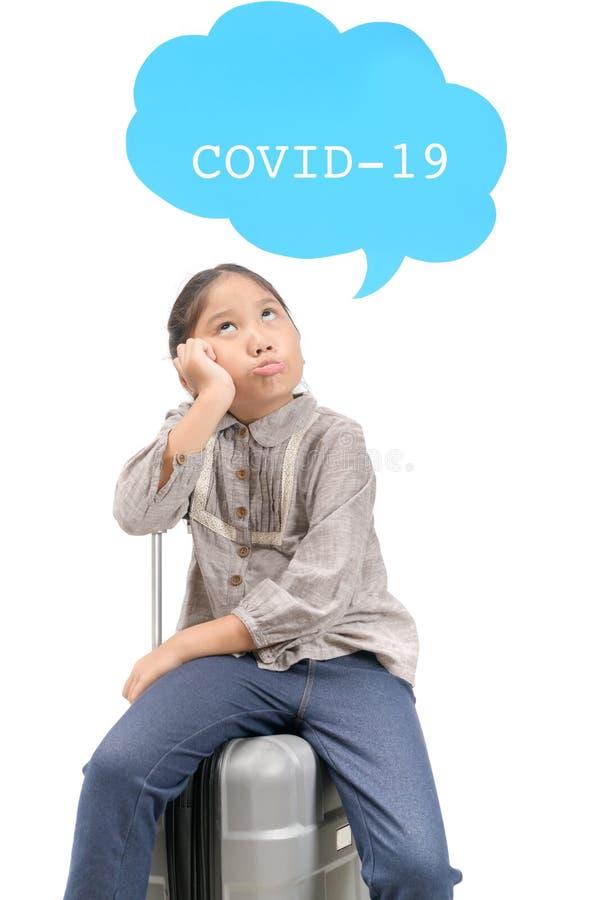 Mały podróżnik znudził się i martwi o izolację COVID-19 obraz royalty free