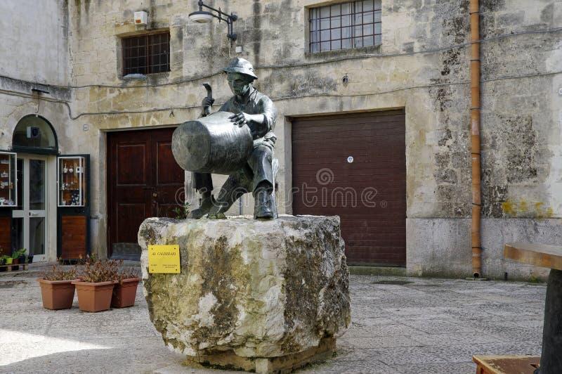 Mały podwórze z rzeźbą rzemieślnik w centrum Matera miasteczko, Basilicata, Włochy obrazy royalty free
