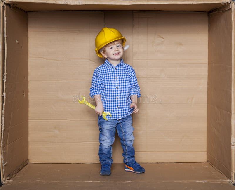 Mały pracownik w biurowym pudełku zdjęcia royalty free
