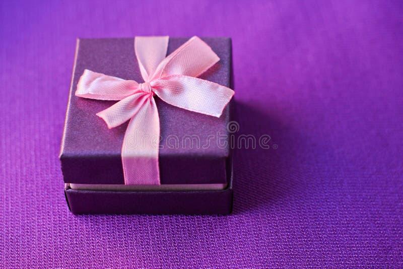 Mały prezenta pudełko na purpurach obrazy royalty free