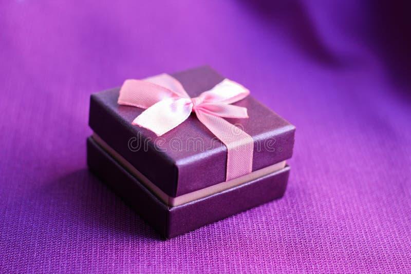 Mały prezenta pudełko na purpurach zdjęcia royalty free
