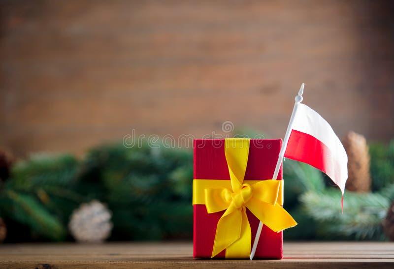 Mały prezenta pudełko z Polska flaga fotografia stock
