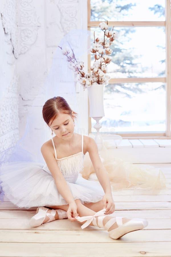 Mały prima balet Młoda baleriny dziewczyna przygotowywa dla bal obraz stock