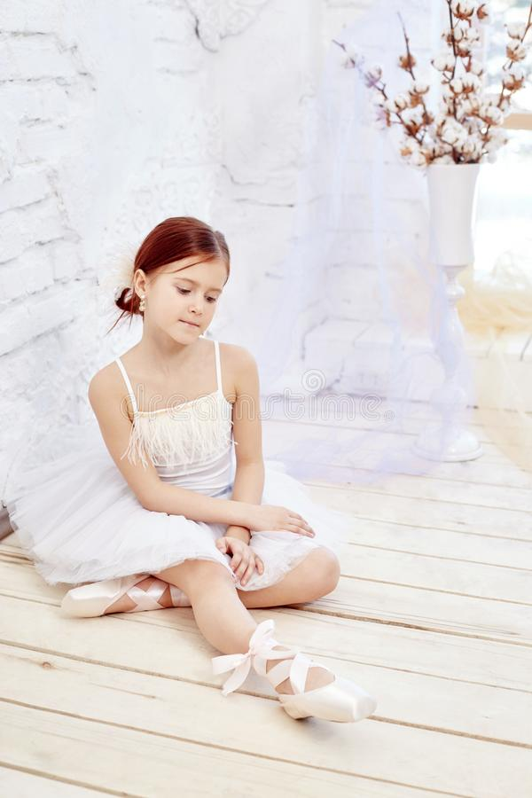 Mały prima balet Młoda baleriny dziewczyna przygotowywa dla bal fotografia stock