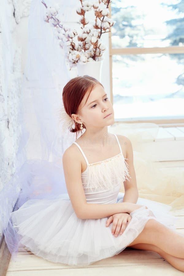 Mały prima balet Młoda baleriny dziewczyna przygotowywa dla bal zdjęcia royalty free