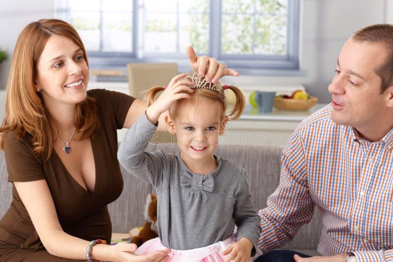 Mały princess i rodzice w domu obrazy royalty free