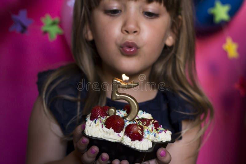Mały princess przyjęcie urodzinowe Robi życzenia pojęciu rocznica zdjęcia stock