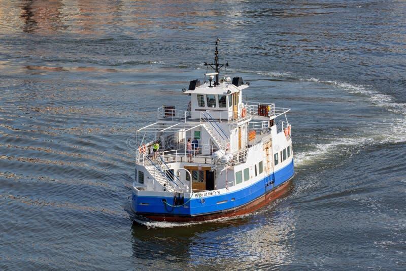 Mały prom z pasażerami krzyżuje rzecznego Tyne w Newcastle schronieniu obraz royalty free