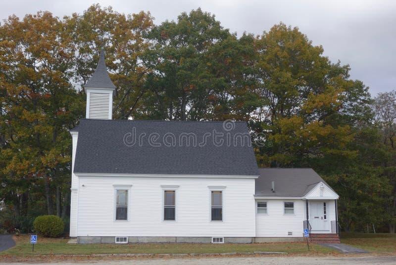 Mały, prosty Nowa Anglia kościół przed drzewo bocznym widokiem, obrazy royalty free