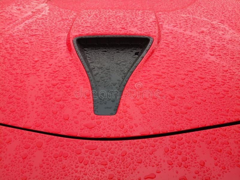 Mały przód piec na grillu na jaskrawym czerwonym samochodzie zdjęcia stock