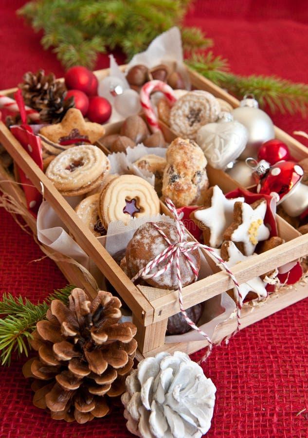 Mały pudełko z różnorodność dokrętkami i ciastkami zdjęcia stock