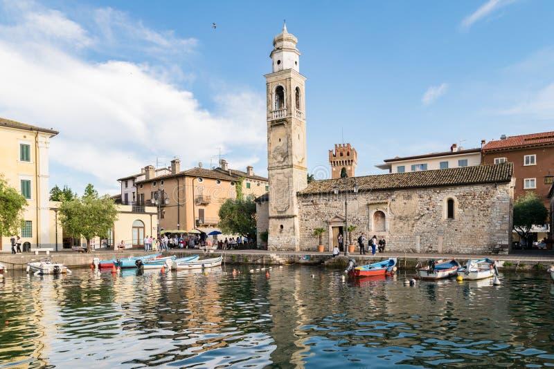 Mały, romantyczny port w Lazise przy Jeziornym Gardą w Włochy, obraz stock