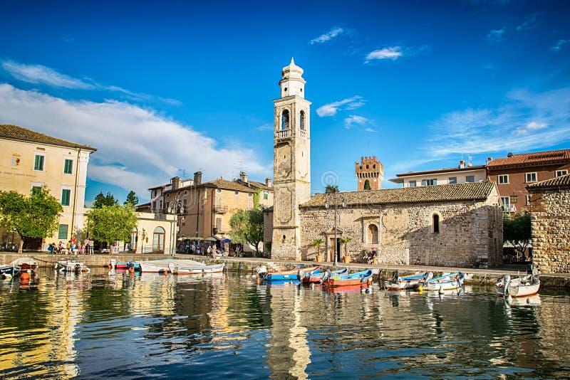 Mały, romantyczny port w Lazise przy Jeziornym Gardą w Włochy, zdjęcia royalty free