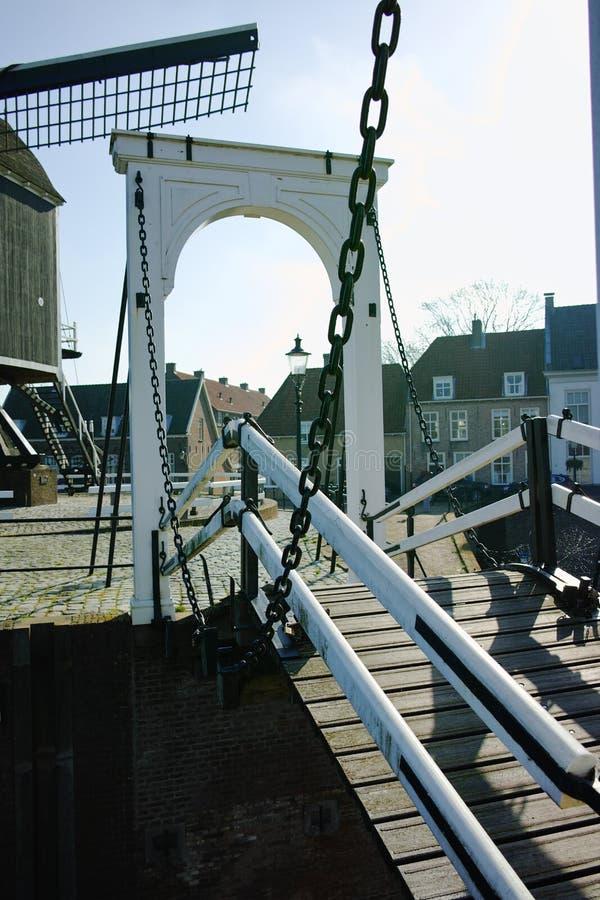 Mały rzeczny schronienie, drawbrige i wiatraczek w Heusden, - stary vill obraz stock