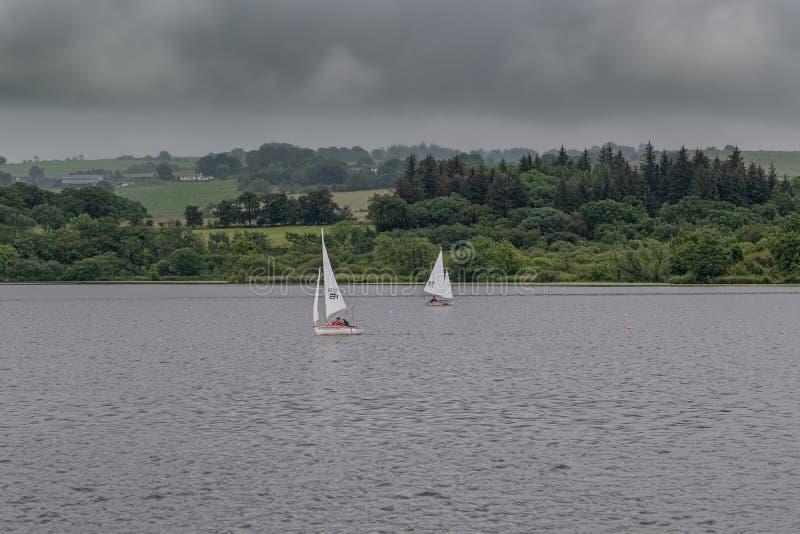 Mały rzemiosło na Szkockim Loch pod instrukcja kasztelu Semple Loch Szkocja obrazy royalty free