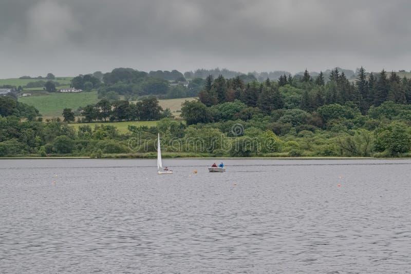 Mały rzemiosło na Szkockim Loch pod instrukcja kasztelu Semple Loch Szkocja zdjęcie stock
