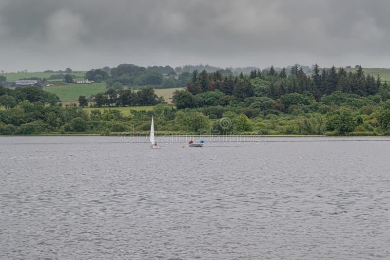 Mały rzemiosło na Szkockim Loch pod instrukcja kasztelu Semple Loch Szkocja obraz stock