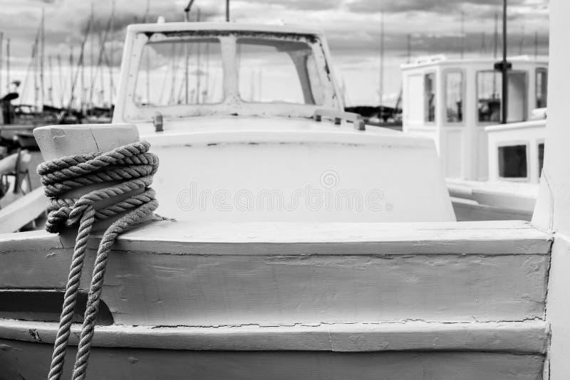 Ma?y schronienie Betina miasto na wyspie Murter w Chorwacja z drewnianymi ?odziami rybackimi zdjęcia stock