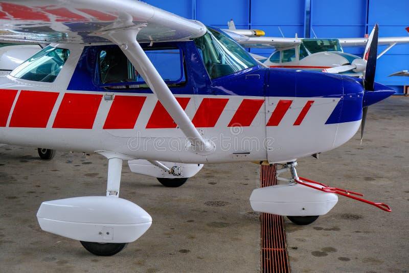 Mały sporta samolot w hangarze, boczny widok zdjęcie stock