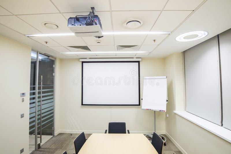 Mały spotkanie lub stażowy pokój z TV projektorem obraz royalty free