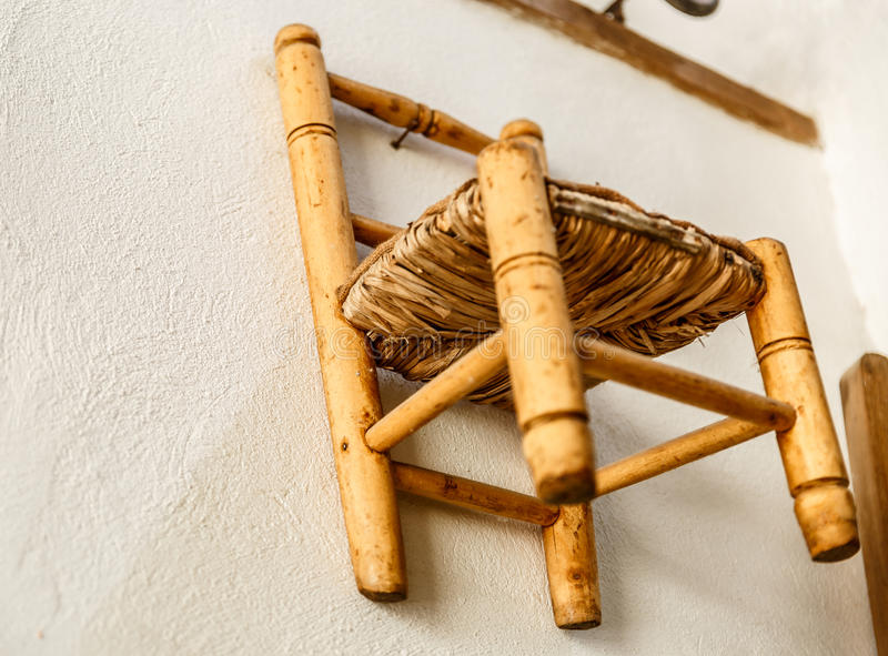 Mały stary łozinowy i drewniany krzesło fotografia royalty free