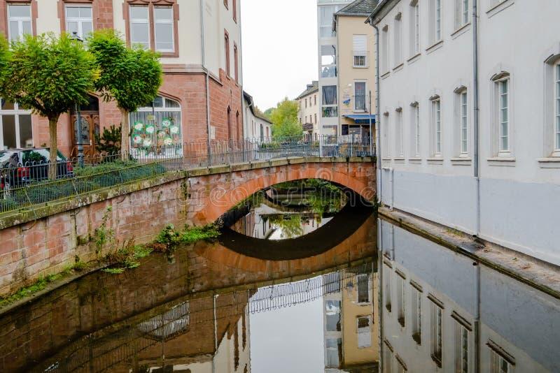 Mały stary łuku most z pięknym odbiciem w Saarburg, Niemcy fotografia stock