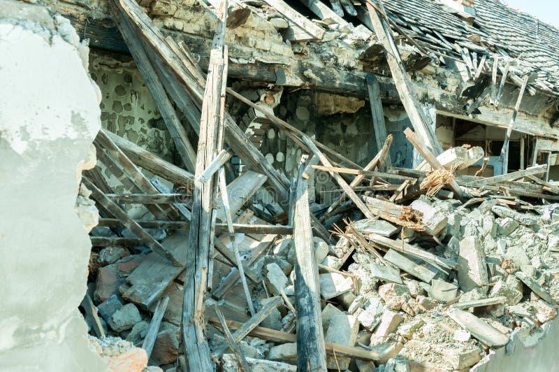 Mały stary i zaniechany dom wyburzający trzęsienia ziemi zniszczenia zbliżenie obrazy royalty free